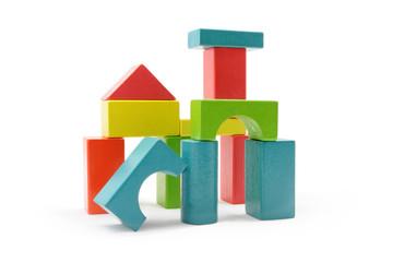 Zabawa klockami z drewna w różnych kolorach i kształtach