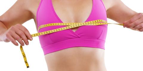 Frau beim Brustumfang messen