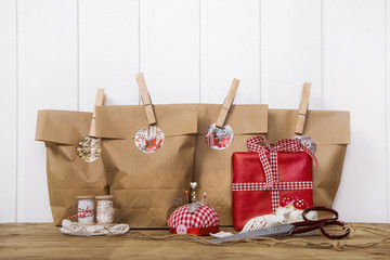 Weihnachtsgeschenke selber gestalten und verpacken in rot weiß kariert mit Hintergrund