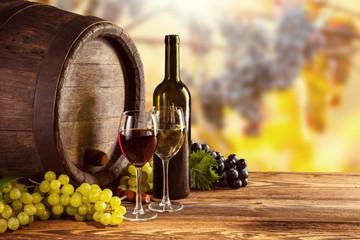 Butelka czerwonego i białego wina i szkła na kij wodden