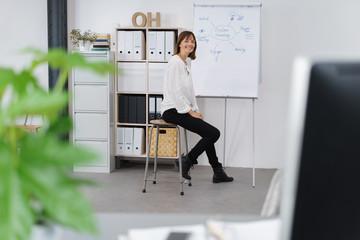 frau arbeitet an einer präsentation für start-ups