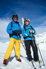 Ehepaar beim Skifahren