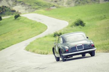 In auto d'epoca attraverso le colline