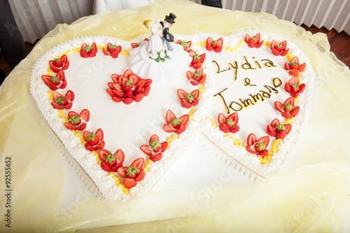 Torta Di Matrimonio A Forma Di Cuore Con Panna E Fragole Sul Tavolo