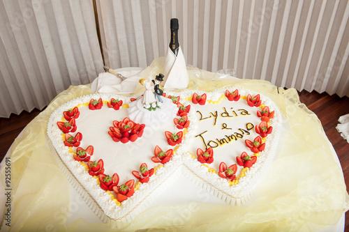 Torta di matrimonio a forma di cuore con panna e fragole for Decorazione torte per 50 anni di matrimonio