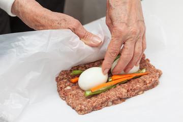 Envolver rollo de carne relleno con huevos y verduras