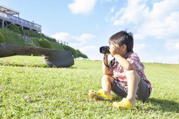 写真を撮る男の子