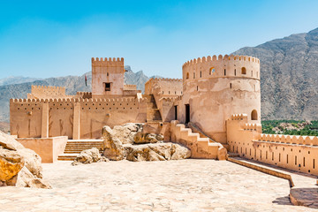 Deurstickers Vestingwerk Nakhal Fort in the Al Batinah Region of Oman. It is located about 120 km to the west of Muscat, the capital of Oman and is known as Qalʿa Nakhal or Husn Al Heem.