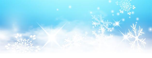 Abstract Light Blue Winter Panorama Background with Snowflakes and Starlets. Abstrakter Banner Hintergrund - Blauer Himmel, Wolken, Sterne, funkelnd, Schneeflocken, Flocken, Winter, Eis und Schnee.