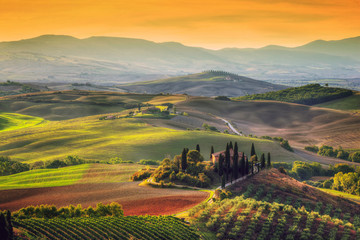 Foto auf AluDibond Toskana Tuscany landscape at sunrise. Tuscan farm house, vineyard, hills.