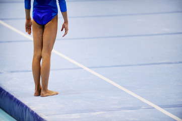 Foto op Aluminium Gymnastiek Feet on gymnastics floor