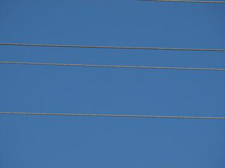 strom-überlieferungsleitung vor stahlblauem himmel