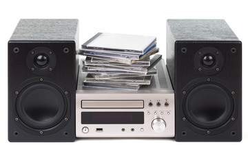 Stereoanlage mit einem Stapel von CDs
