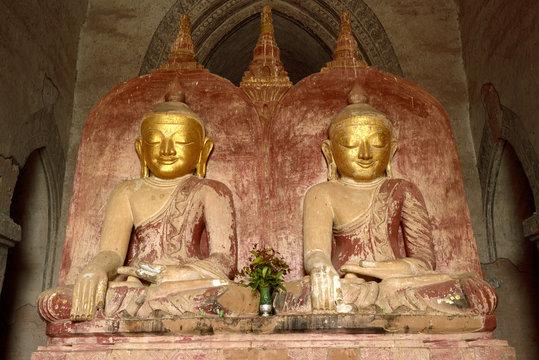 Interior de templo budista con los Budas gemelos en Bagan, Mianmar