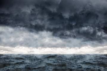 Poster Mer / Ocean Dark clouds in the winter sky during a storm at sea.