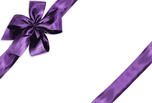 ruban et noeud violet sur fond blanc