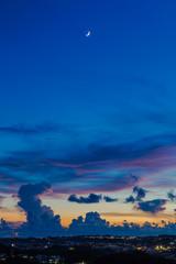 三日月と夕焼雲