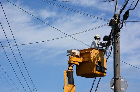 電気工事 電気技師が電線の工事をしています。 福岡朝倉市。