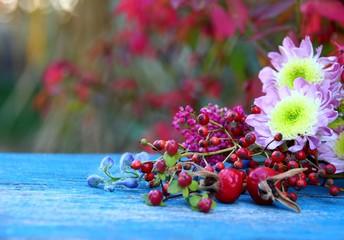 herbstblumen auf holz