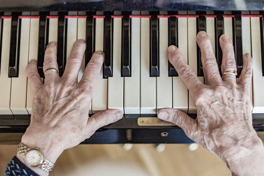 Eine Senioren spielt Klavier - Demenz Prophylaxe