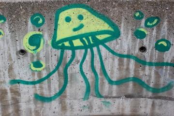 Graffiti auf einer Betonmauer zeigt Quallen