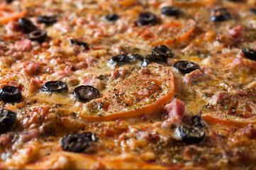 pizza al taglio con olive e pomodoro