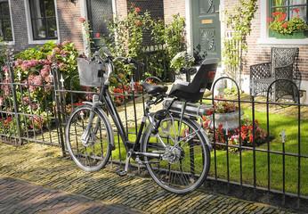 The lone bike on the street.