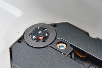 compact disc reader and lens