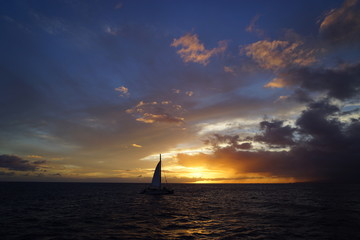 夕日に浮かぶボート