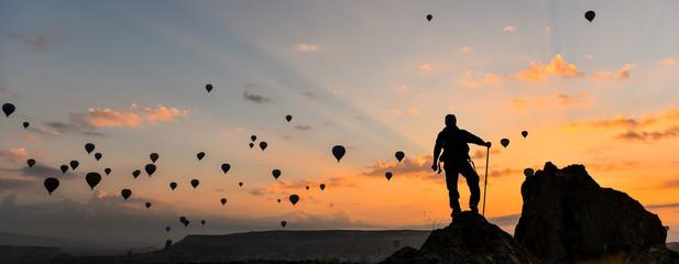 gökyüzündeki uçan balonları izlemek