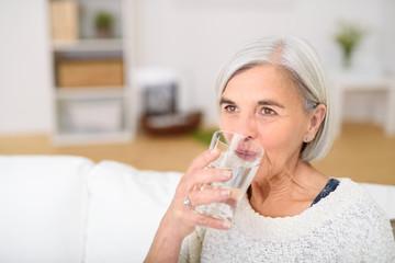 rentnerin trinkt ein glas wasser
