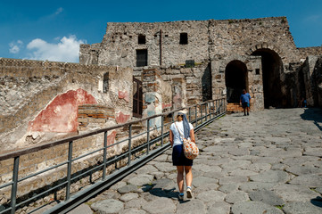 Fototapete - External walls and entrance of famous antique ruins of Pompeii,