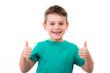 glückliches kind zeigt motiviert die daumen hoch