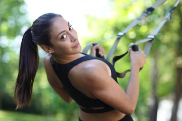 Fitnessmodell beim Trizepstraining am TRX
