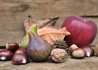 assortiment de fruit de saison sur fond bois