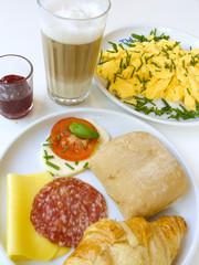 Frühstücksgedeck mit Latte Macchiato, Rühreier etc.