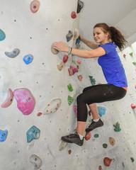 junge Frau beim Bouldern