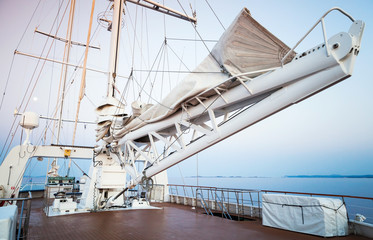Sailing ship, automatic sails lift system