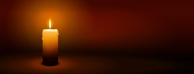 Erster Advent, eine Kerze - Kerzenschein auf dunkelbraunem Panorama Hintergrund - Adventszeit Banner. Horizontaler Banner für Homepage. Vorlage für Grußkarten, Trauerkarten und Traueranzeigen.
