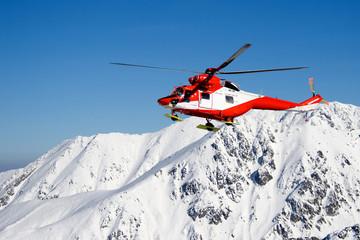 Obraz Helikopter TOPR podczas akcji ratowniczej w Tatrach Wysokich - fototapety do salonu