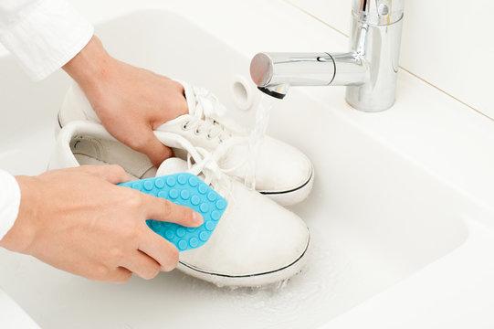 スニーカーを手洗いしている様子
