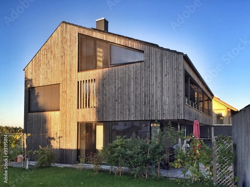 holzhaus moderne fassade mit holzverschalung stockfotos und lizenzfreie bilder auf fotolia. Black Bedroom Furniture Sets. Home Design Ideas