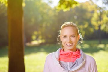 lächelnde frau macht sport im park