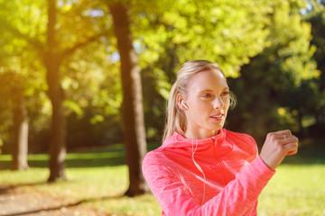 motivierte junge frau macht sport im park