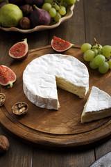 vista dall'alto formaggio camembert con frutta intorno sfondo rustico