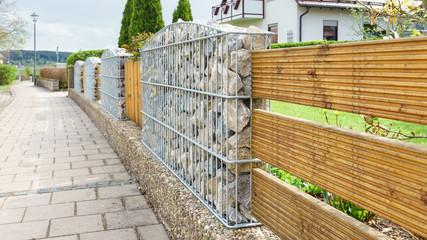 Neuer Zaun aus Gabionen