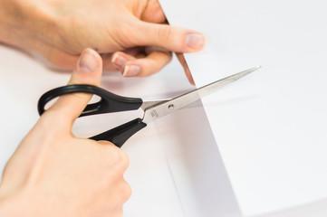 Разрезать бумагу руками