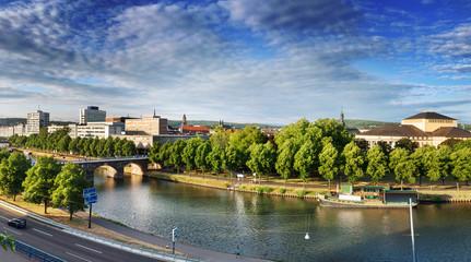 Saarbrücken –  Panoramablick auf Stadtzentrum mit Alte Brücke, Staatstheater und Saar im Sommer