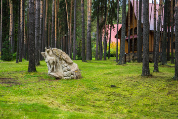 Каменная скульптура стоит в парке