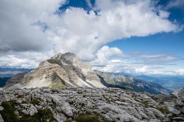 Panorama estivo di alta montagna con montagne, rocce e cielo